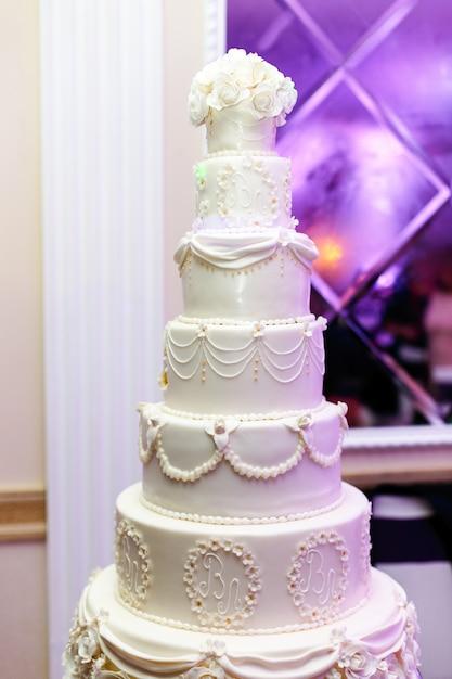 Rijk moe bruidstaart versierd met newlyweds initialen Gratis Foto