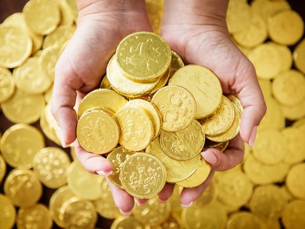 Rijke mensen met gouden munten Premium Foto