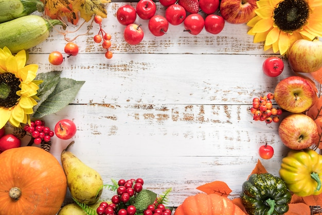 Rijke oogst van groenten en fruit op houten oppervlak Gratis Foto