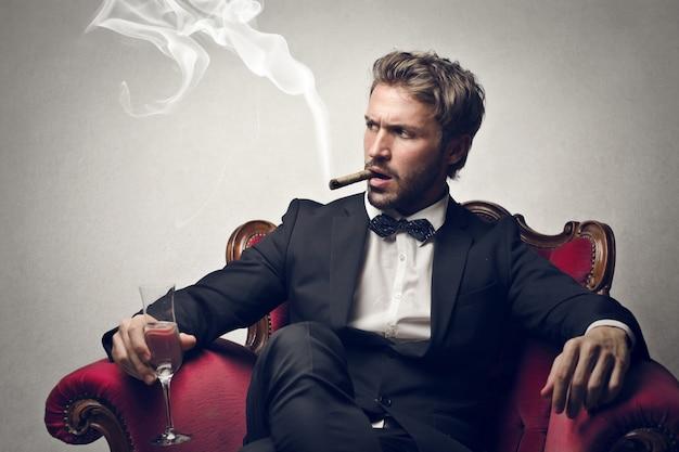 Rijke rokende zakenman Premium Foto