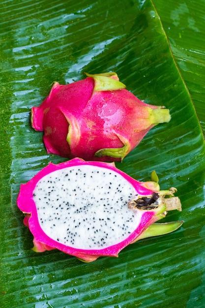 Rijp drakenfruit op een nat groen blad. vitaminen, fruit, gezond voedsel Premium Foto
