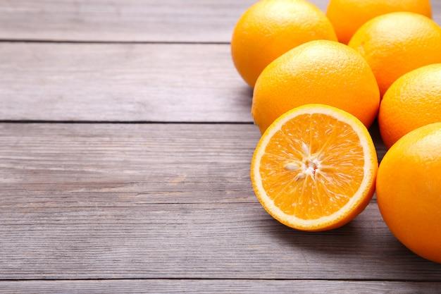 Rijp oranje fruit op een grijze achtergrond Premium Foto