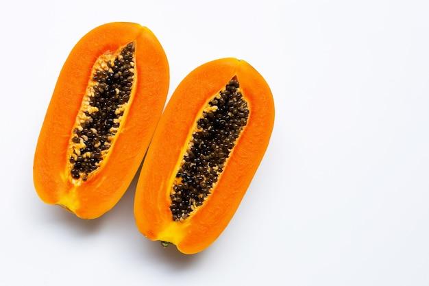 Rijp papajafruit op wit Premium Foto