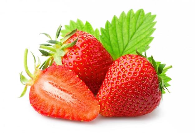 Rijpe aardbeien met bladeren die op een wit worden geïsoleerd Premium Foto