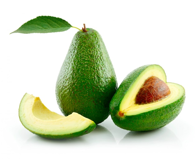 Rijpe avocado met groen blad geïsoleerd op wit Premium Foto