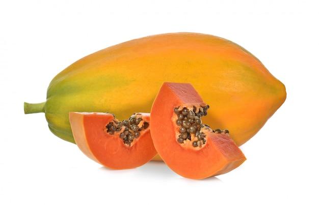 Rijpe die papaja op een witte achtergrond wordt geïsoleerd Premium Foto
