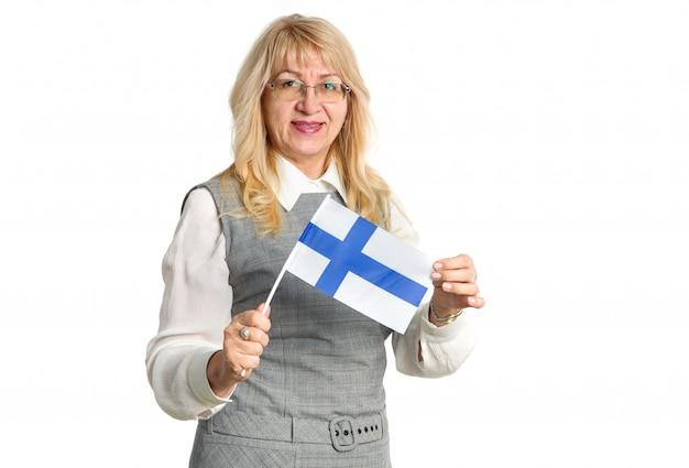 Rijpe gelukkige vrouw in glazen met de vlag van finland op een witte achtergrond. Premium Foto