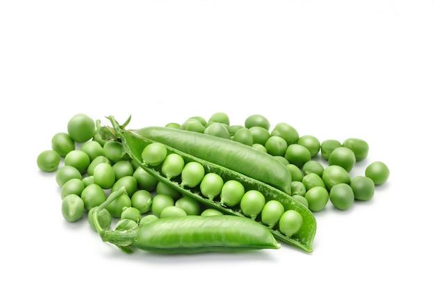 Rijpe groene erwten op wit Premium Foto