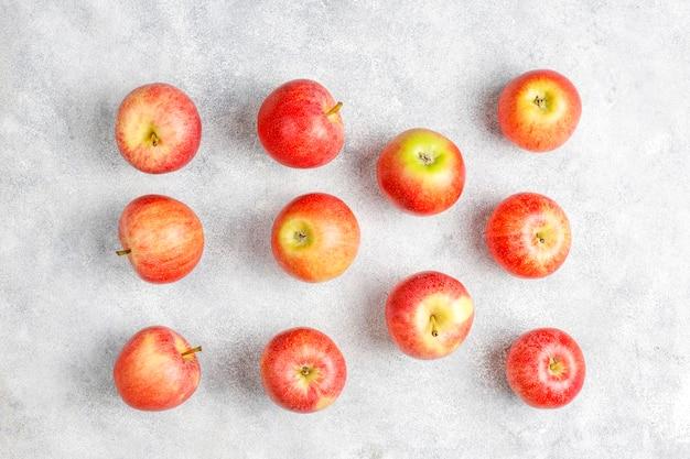 Rijpe heerlijke biologische rode appels. Gratis Foto