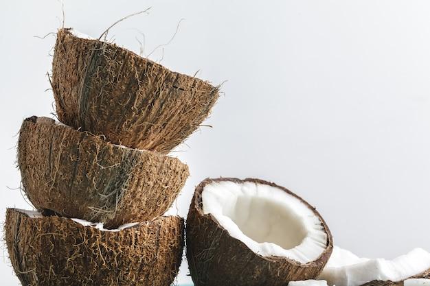 Rijpe kokosnotenstukken op wit, exemplaarruimte Premium Foto