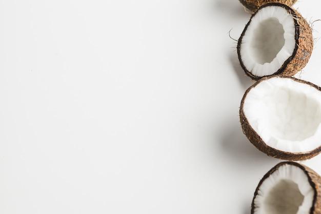 Rijpe kokosnotenstukken op witte achtergrond, exemplaarruimte Premium Foto