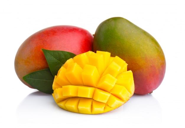 Rijpe mangovruchten met plakken op wit worden geïsoleerd dat Premium Foto