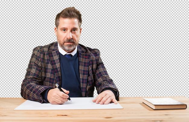 Rijpe mens die aan zijn desktop werkt Premium Foto
