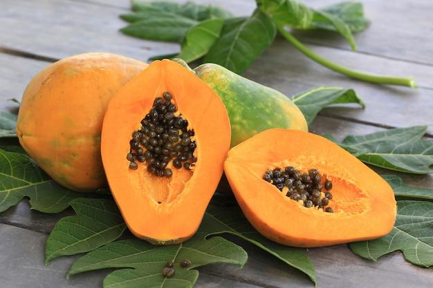 Rijpe papaja met groen blad Premium Foto