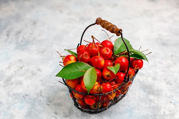 Rijpe rode appels in de mand van het opslagvoedsel Gratis Foto