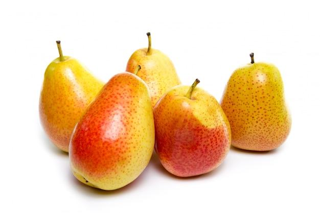 Rijpe rode gele perenvruchten die op witte achtergrond worden geïsoleerd Premium Foto