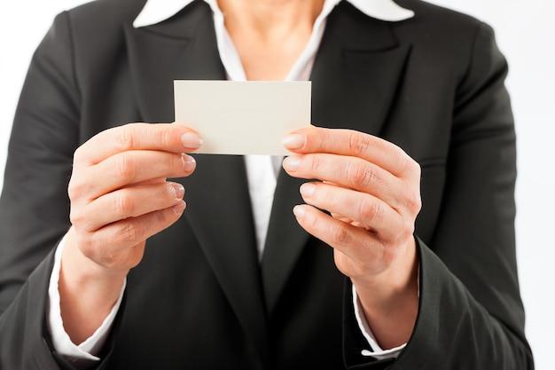 Rijpe vrouw die haar adreskaartje toont Premium Foto