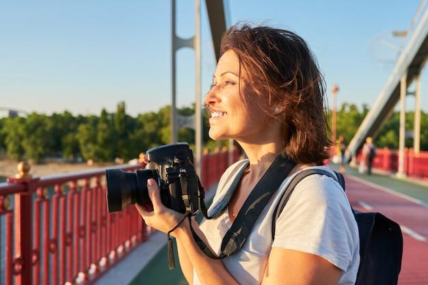 Rijpe vrouwenfotograaf met camera die fotobeeld neemt Premium Foto