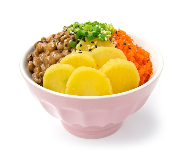 Rijst don met natto tobiko ei en ingelegde radijs in sojasaus Premium Foto