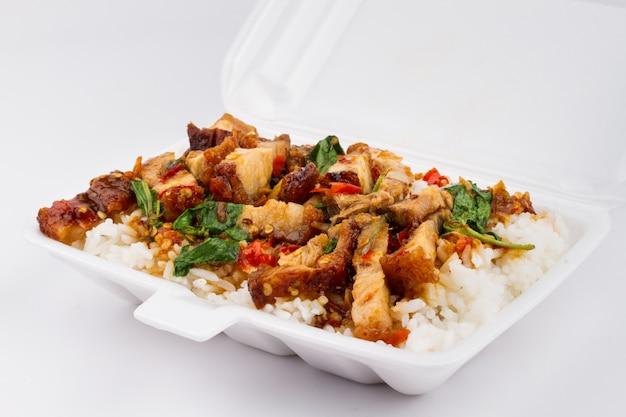 Rijst en varkensvlees gebakken met heilige basilicum op wit, thais eten, Premium Foto