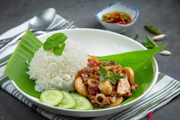 Rijst met basilicum en varkensgehakt. Gratis Foto