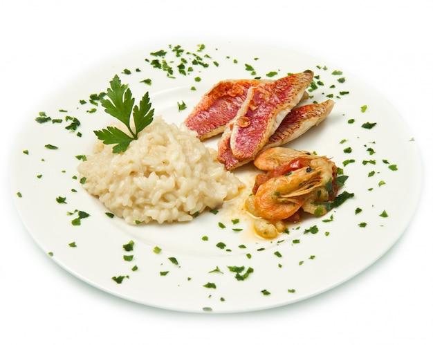 Rijst met zeebarbeelfilet en zeevruchten Premium Foto