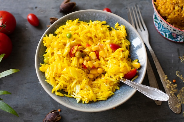 Rijstgraan en groene erwten indische keuken Gratis Foto