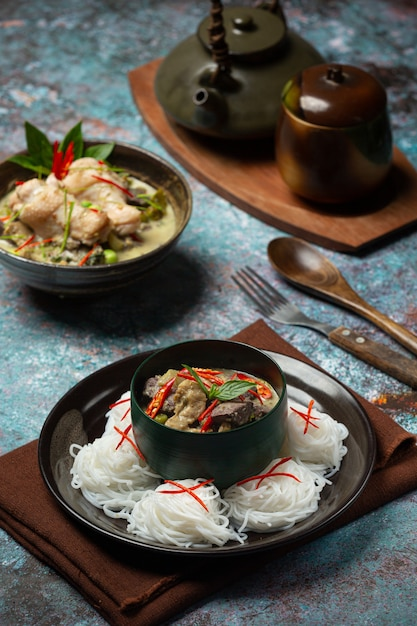 Rijstnoedels, kip groene curry, kokosmelk thais eten. Gratis Foto