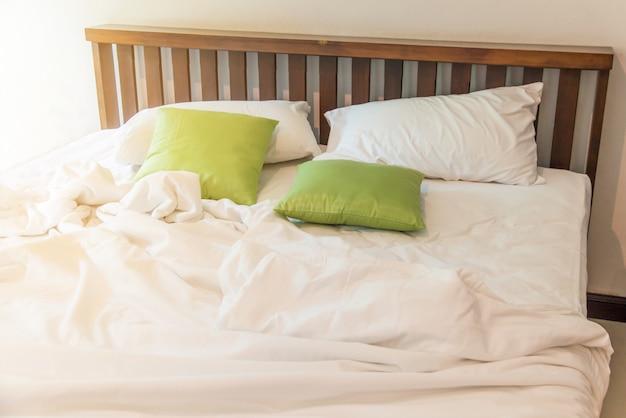 Rimpel rommelige witte deken in slaapkamer na het ontwaken in de ochtend Premium Foto