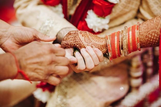 Ritueel met kokosnotenbladeren tijdens traditionele hindoese huwelijksceremonie Gratis Foto
