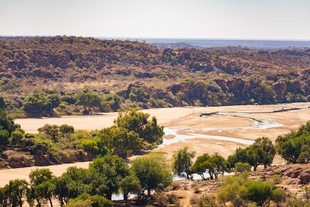 Rivier die het woestijnlandschap van het nationale park van mapungubwe kruist Premium Foto