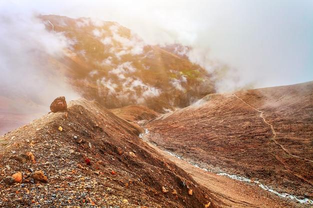 Rivier en bergen in nepal Premium Foto
