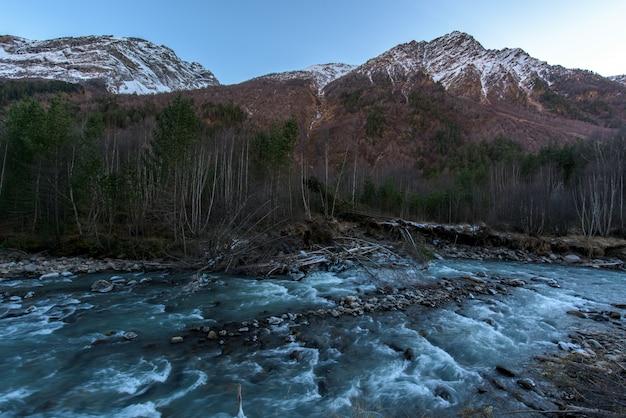 Rivier in de bergen. bergachtig gebied. watervallen in de bergen in het bos Premium Foto