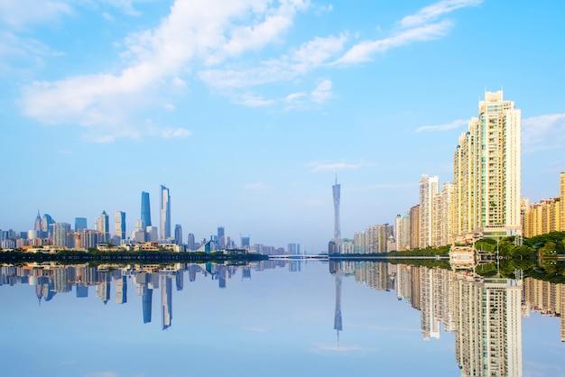 Rivier met de stad weerspiegeld Gratis Foto