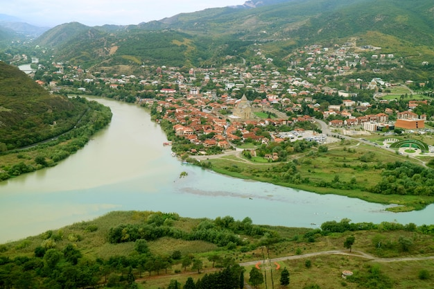 Rivier mtkvari ontmoet rivier aragvi gezien vanaf het jvari-klooster, mtskheta, georgië Premium Foto