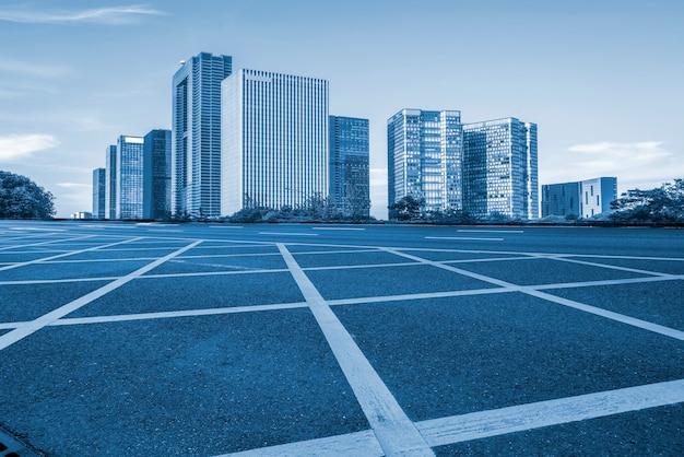 Road ground en urban modern architectural landscape skyline Premium Foto