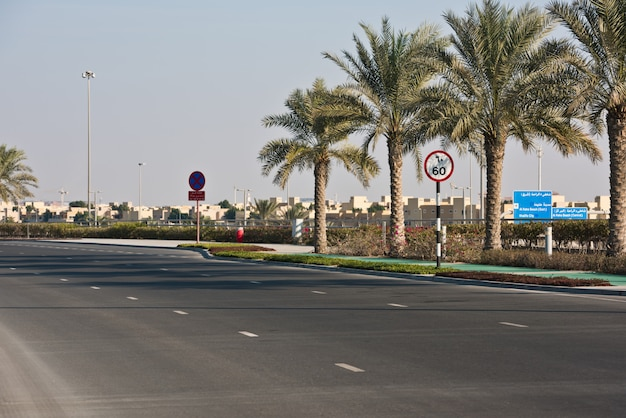 Road in abu dhabi, verenigde arabische emiraten Premium Foto