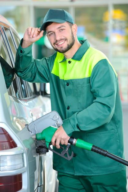 Robotachtig tanken tankt de auto met benzine. Premium Foto