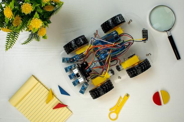 Robotachtige auto met joystick Gratis Foto