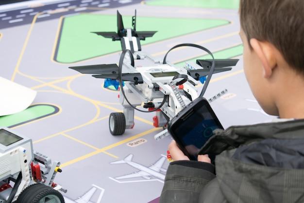 Robotica lessen. jongens en meisjes bouwen en programmeren code Premium Foto