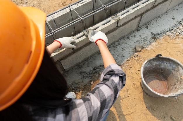 Robuuste vrouwelijke bouwvakkers op de bouwplaats Gratis Foto