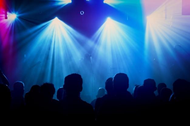 Rock band silhouetten op het podium op concert. Gratis Foto