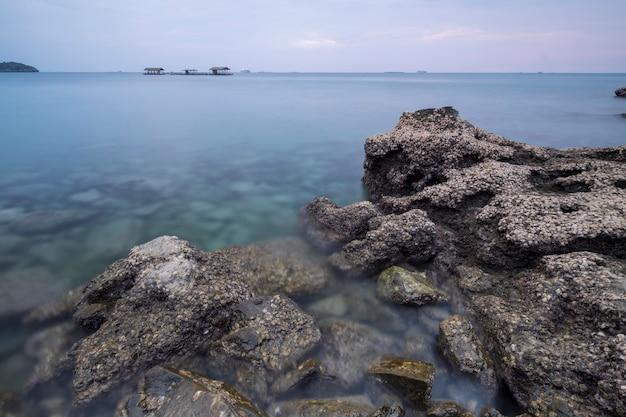 Rock op kust zee Gratis Foto