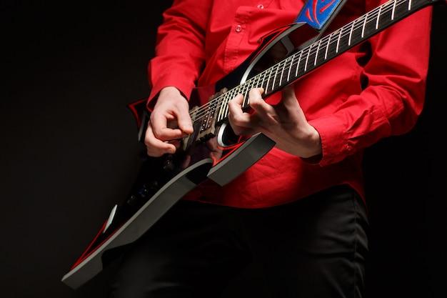 Rockgitarist speelt solo gitaar Premium Foto