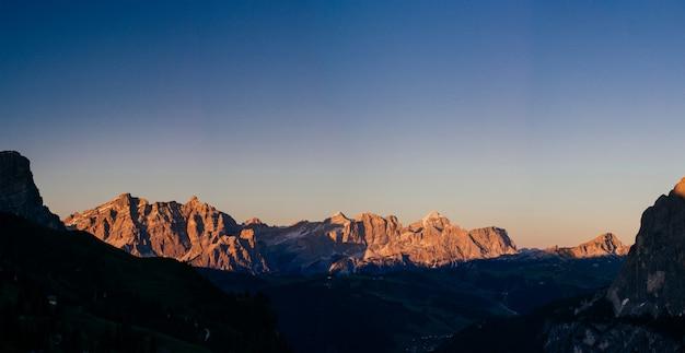 Rocky mountains bij zonsondergang Premium Foto