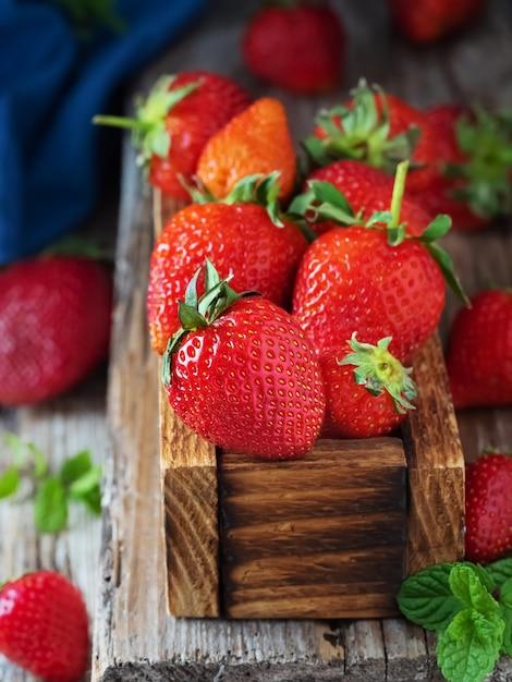Rode aardbeien in een houten doos Gratis Foto