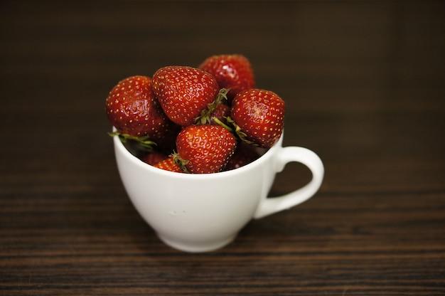 Rode aardbeien in een witte kop Gratis Foto