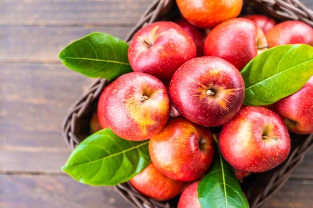 Rode appel in de mand Gratis Foto