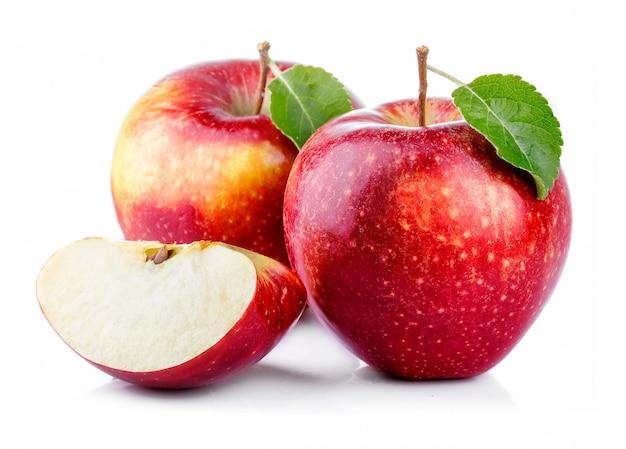 Rode appels met blad en plak geïsoleerd op een witte Premium Foto