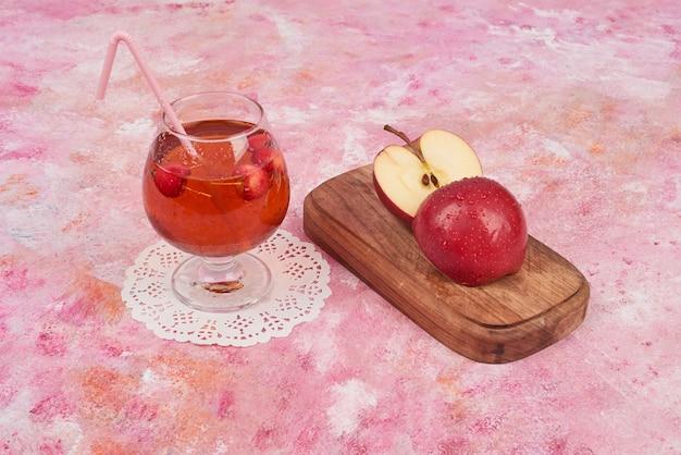 Rode appels met een glas sap. Gratis Foto